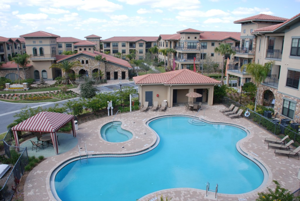 Bella Piazza second swimming pool in front of Buildings 8 and 9